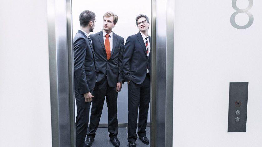 Angestellte im Aufzug