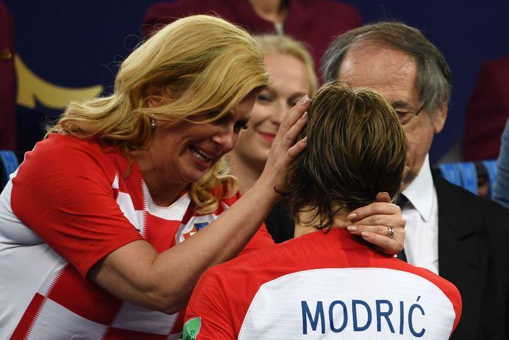 Präsidentin Kolinda Grabar-Kitarovic (l.) mit Kapitän Luka Modric