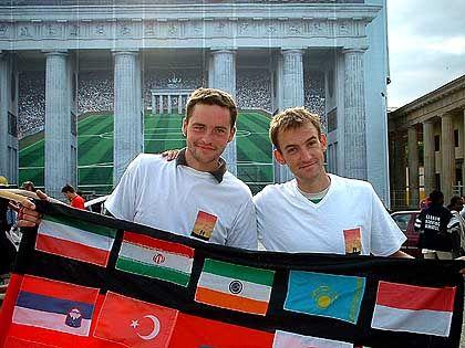 Zurück in Berlin: Felix und Kevin am Brandenburger Tor