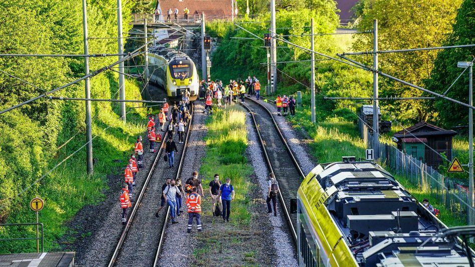 Nach dem tödlichen Unfall sichern Rettungskräfte die Bahnstrecke, während Passagiere den Zug verlassen