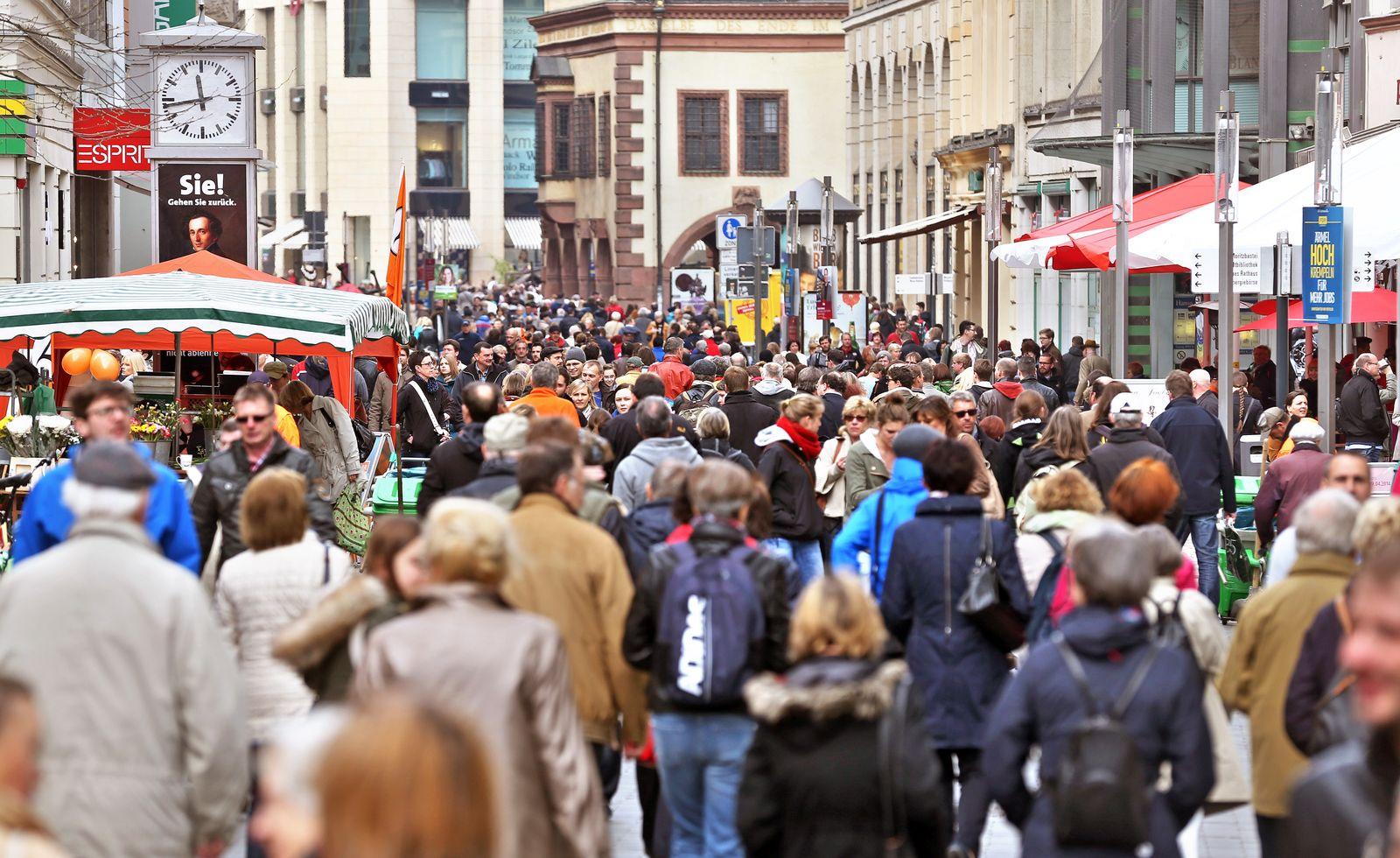 Passanten / Fußgängerzone / Deutschland / Zuwanderer / Zuwanderung