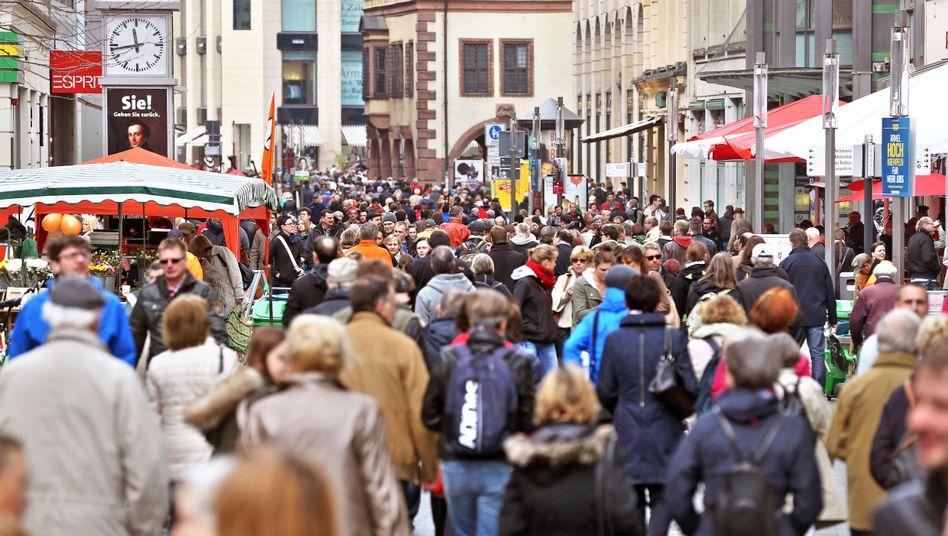 Passanten in Leipzig: Armut hängt auch vom regionalen Preisniveau ab