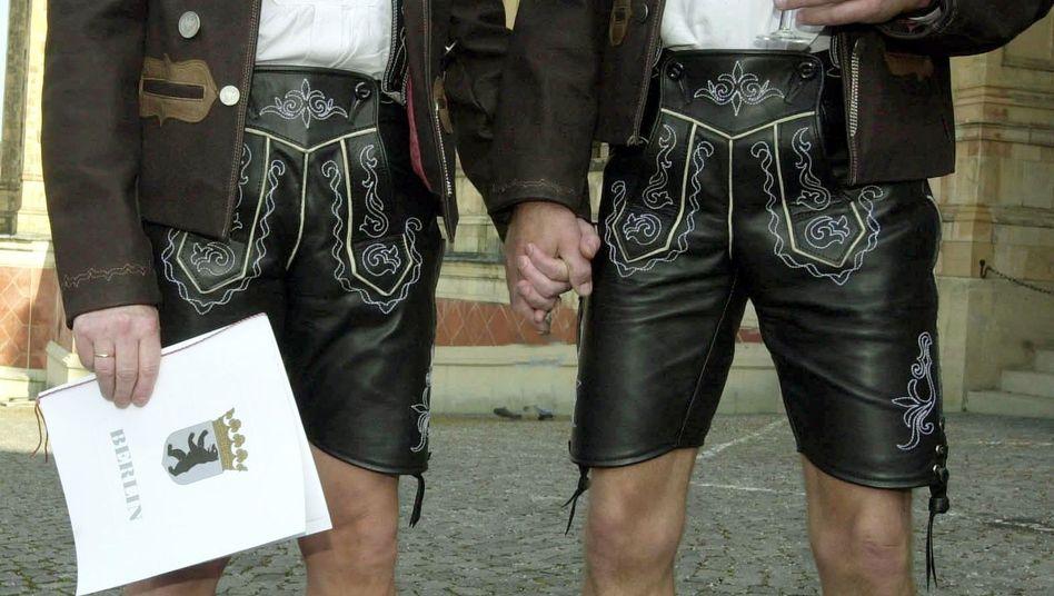Homosexuelles Paar in Lederhosen: Streit um Steuervorteile