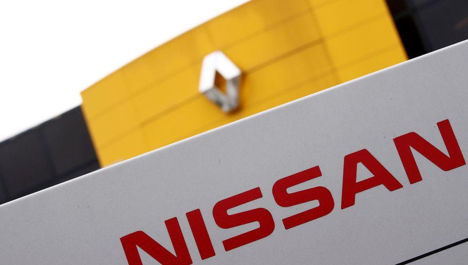 Logos von Renault und Nissan in Frankreich (Archiv)