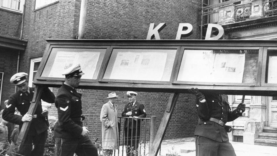 Polizisten bei einer Aktion gegen die KPD-Landesleitung Hamburg am 17. August 1956: Alle Bedenken verflogen