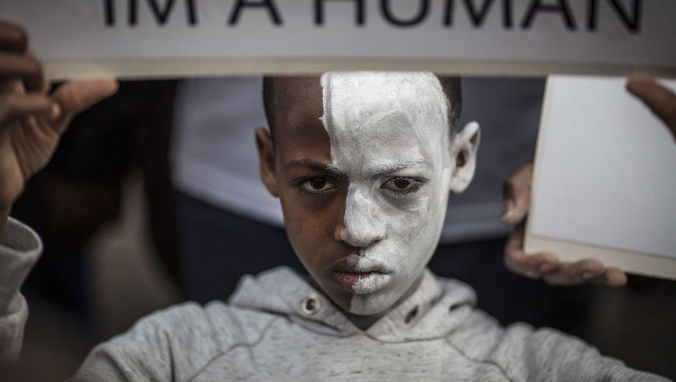 Ein junger Asylbewerber aus Afrika demonstriert in Israel
