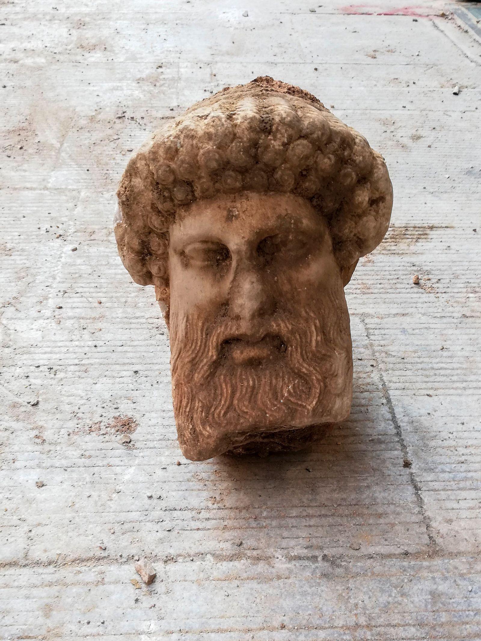 Hermeskopf bei Kanalisationsarbeiten in Athen entdeckt