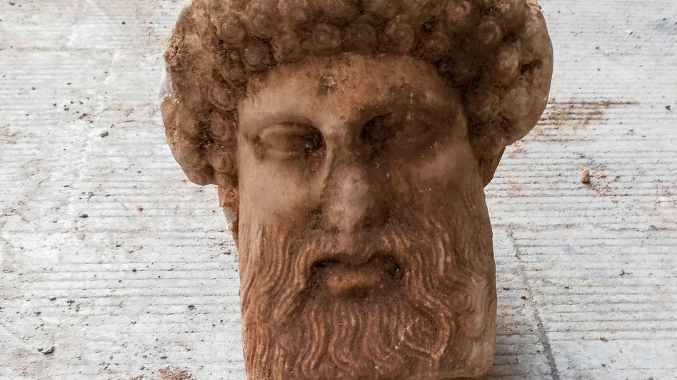 Gefundene Marmorskulptur, die offenbar den griechischen Götterboten Hermes darstellt