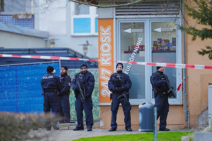 """Einsatzkräfte am 20. Februar in Hanau, wo ein Mann in und vor Shishabars neun Menschen tötete: """"Er hat sich auf Verschwörungsmythen aus dem Netz bezogen."""""""
