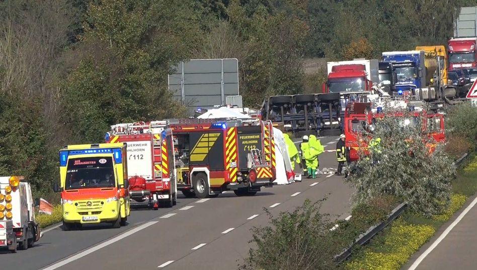 Unfallstelle auf der A29: Die Ladung ist laut Polizei weniger gefährlich als zunächst angenommen