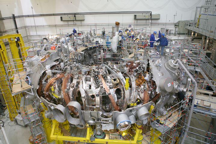 Montage der Anlage (Dezember 2011): Die bronze- und silberfarbenen Magneten sollen das heiße Plasma von den Wänden fernhalten