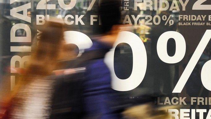 "Schaufenster in Shoppingcenter am »Black Friday"": »Unüberlegte Impulskäufe«"