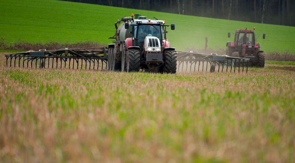 Landwirt in Niedersachsen bringt Gülle aus.