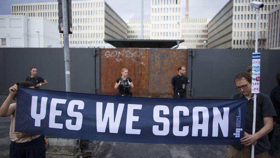 Demonstration vor neuer BND-Zentrale in Berlin: Überwachen wie die NSA?