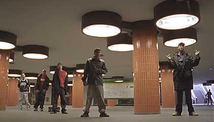 Rapper Sera Finale (vorne rechts) und Breakdancer 5 Amoks: Kämpfen und reimen im Untergrund