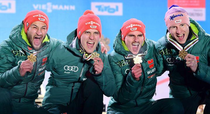 So sehen Skisprung-Weltmeister aus: Markus Eisenbichler (l-r), Stephan Leyhe, Richard Freitag und Karl Geiger bei der WM in Seefeld