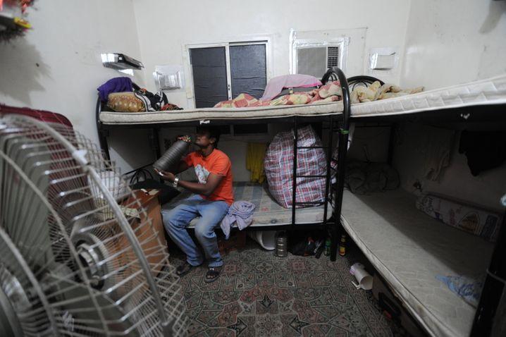Wanderarbeiter in seiner Unterkunft in Katar: Den Mindestabstand kann man hier unmöglich einhalten