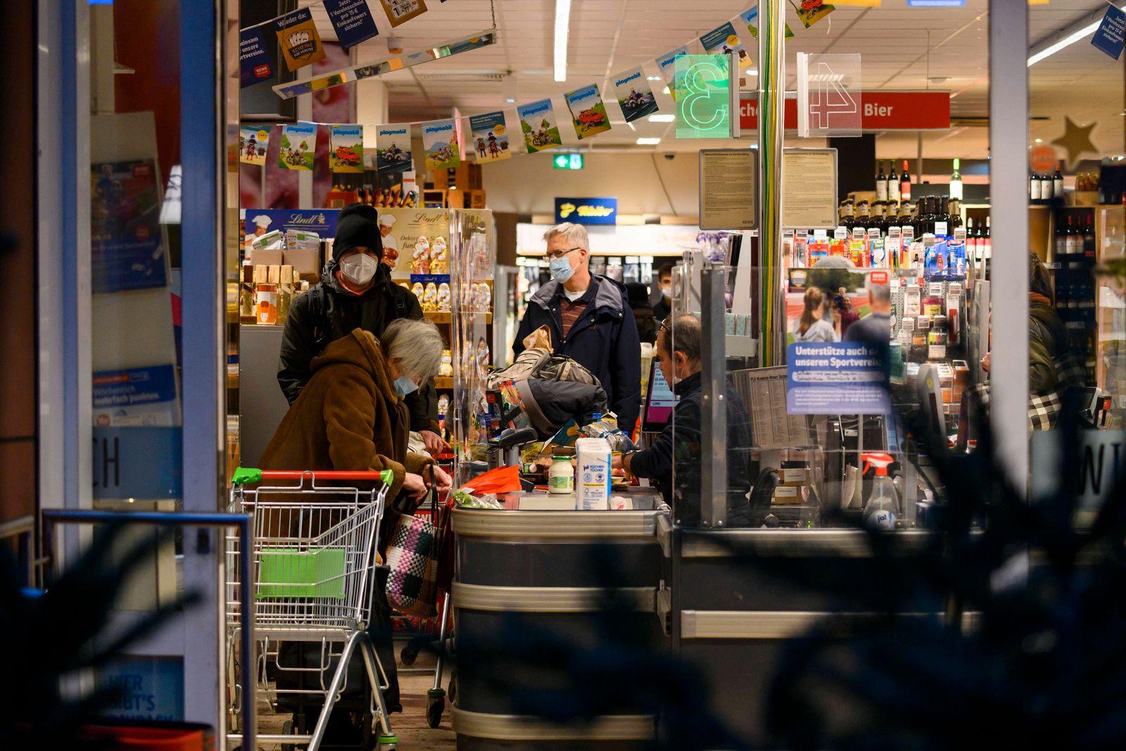 Einkaufen vor dem harten Lockdown. 12.12.2020 Frankfurt x1x Corona Virus: Kommt der harte Lockdown? Menschenmassen beim