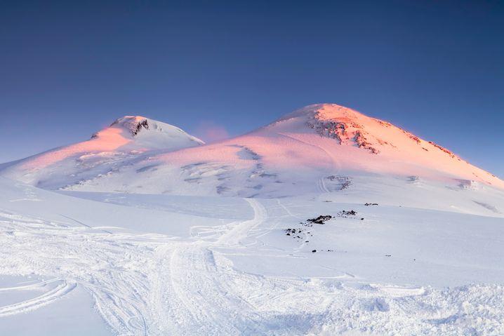 Die zwei ebenmäßigen Gipfel des Elbrus