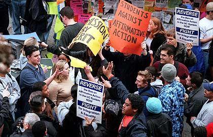 Demonstranten (in Berkeley): Affirmative action ist so umstritten, dass auf dem Campus schon mal die Fäuste fliegen