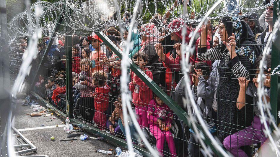 Flüchtlinge am ungarischen Grenzzaun zu Serbien, 16. September 2015: Europa darf sich nicht abschotten