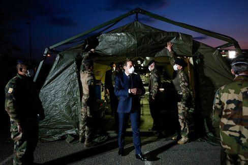 President Macron in Mulhouse: Feldlazarett mit 30 Intensivbetten auf einem Parkplatz