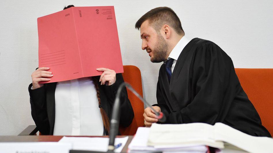 Angeklagte Jennifer W. mit Anwalt (im April)