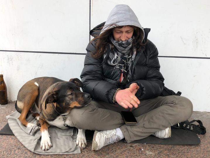 Paschka und vierbeiniger Begleiter in Hamburg: Stets Desinfektionsmittel dabei