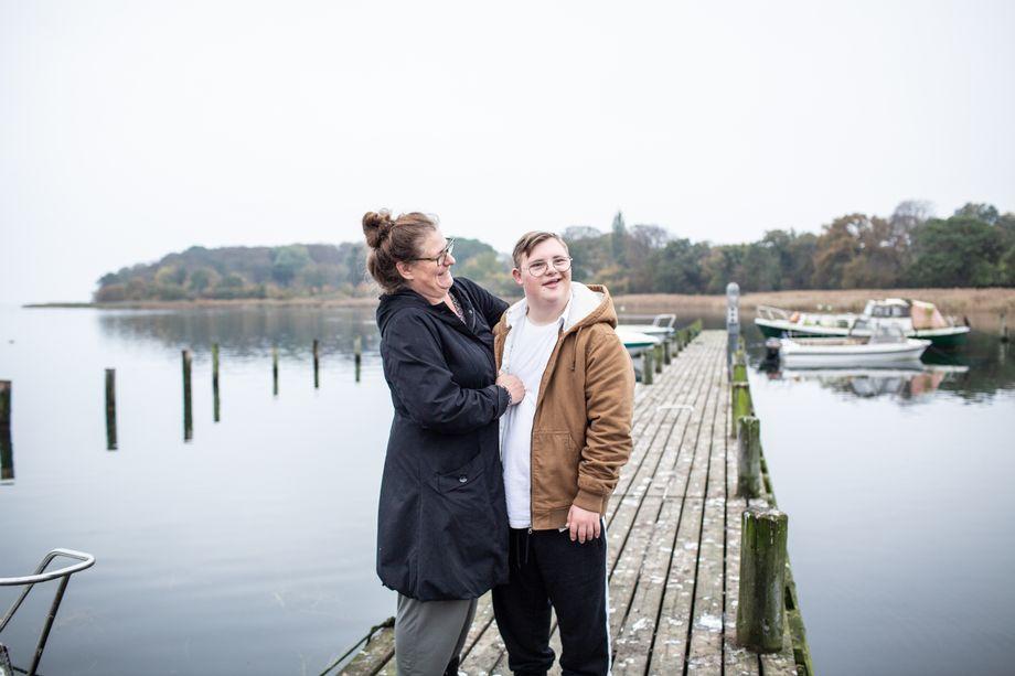 Grete Fält-Hansen mit ihrem Sohn Karl-Emil. Sie berät Eltern, deren Kinder das Downsyndrom haben