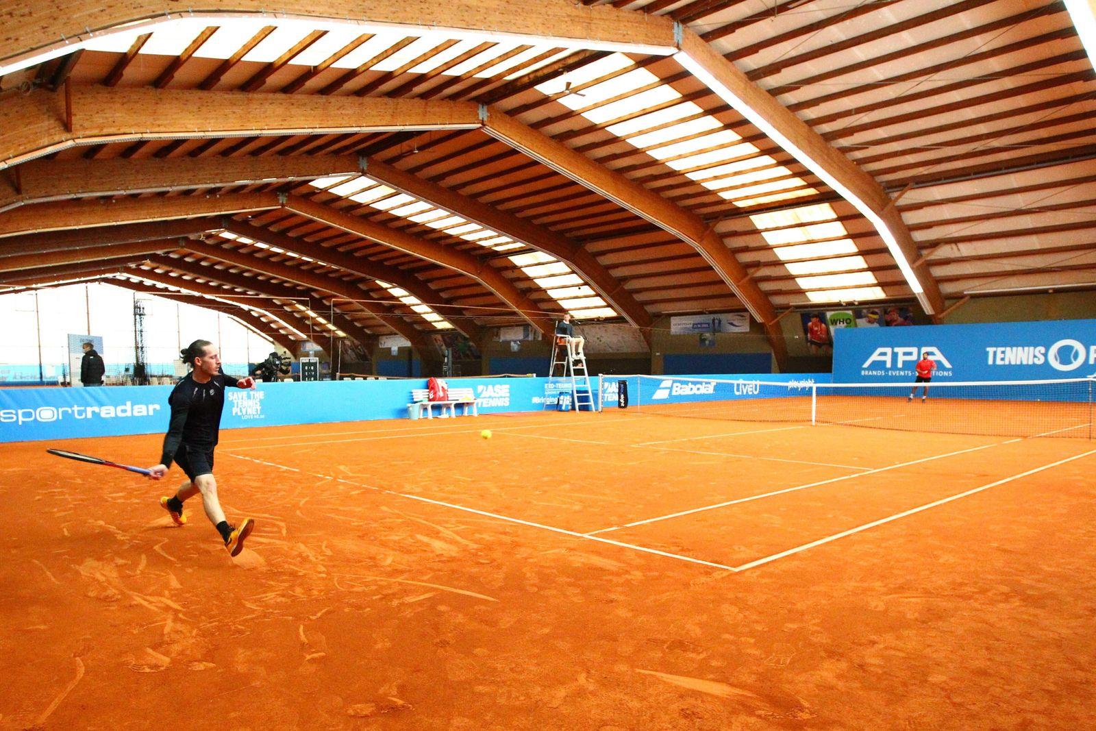Jean Marc Werner (links) spielt bei der Tennis Exhibition Serie in Hoehr-Grenzhausen gegen Benjamin Hassan (rechts) Ten