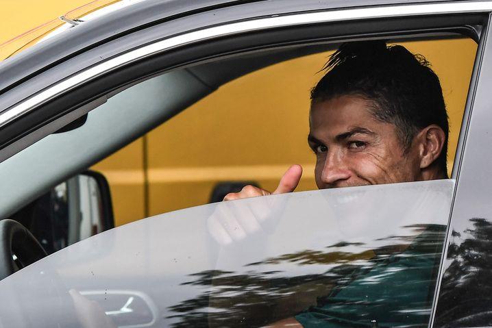Viel ist derzeit nicht von Fußballern in Italien zu sehen, hier immerhin das halbe Gesicht von Juventus-Star Cristiano Ronaldo