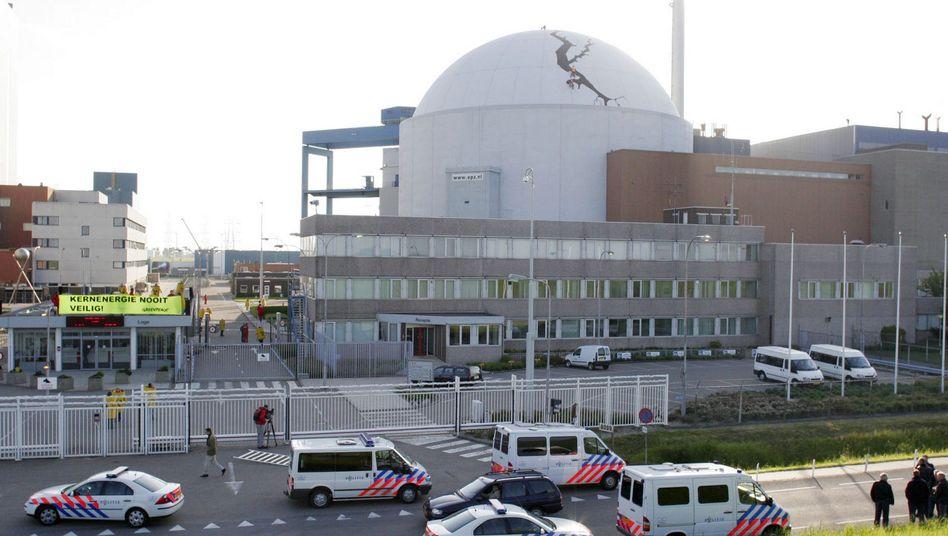 AKW Borssele I (Mai 2005): Greenpeace hat aus Protest einen Riss auf die Hülle gemalt