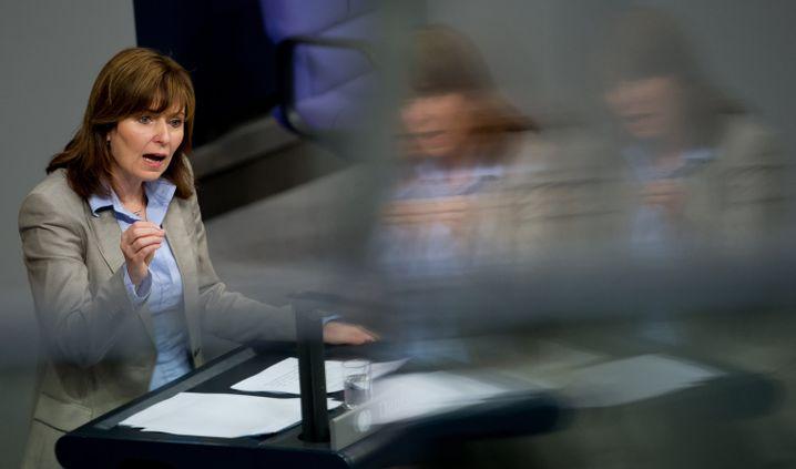 Petra Hinz: Ihren professionellen Auftritt unterstrich sie durch einen scheinbar von Willensstärke geprägten Karriereweg ohne Brüche: Abitur, Jurastudium, erstes Staatsexamen, zweites Staatsexamen.
