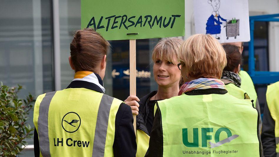Streikende Flugbegleiter in Düsseldorf: Angebot geht nicht weit genug