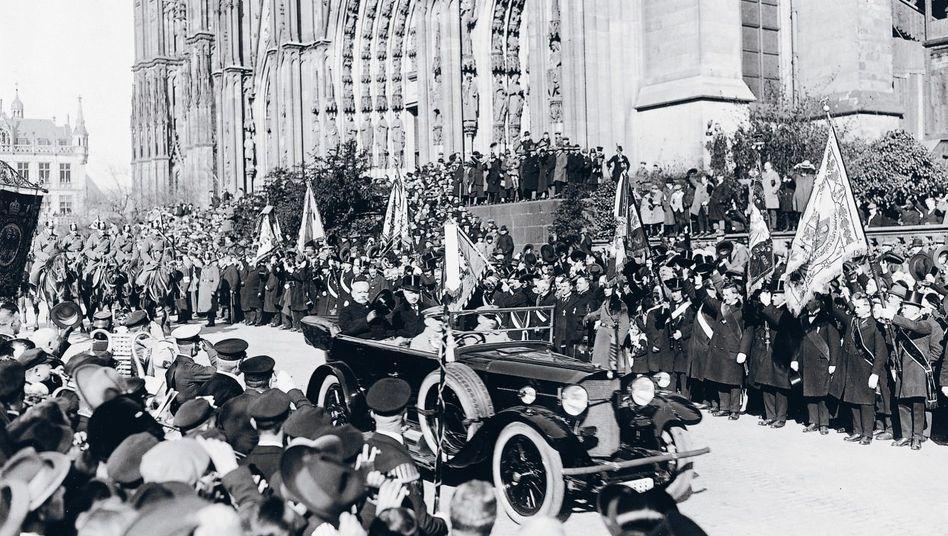 Konrad Adenauer (im Wagen hinten rechts) mit Reichspräsident Hindenburg (l.) bei der Feier zur Befreiung des Rheinlandes von französischer und britischer Besatzung, Köln 1926