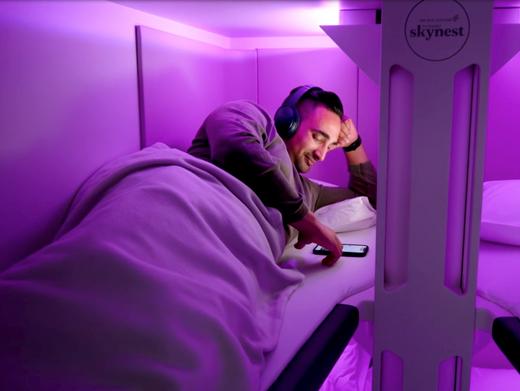 """Sanfte Beleuchtung, bequeme Liegen: Das """"Skynest"""" soll Komfort für Economy-Passagiere bieten"""
