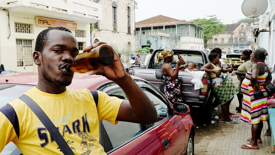 10 a.m. in São Tomé: Mothers and workers drinking together on the street
