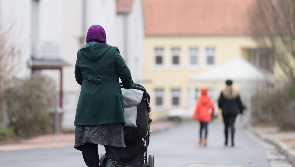 Spätaussiedler spazieren am 12.01.2018 an Unterkünften der Landesaufnahmebehörde Niedersachsen, Friedland, vorbei
