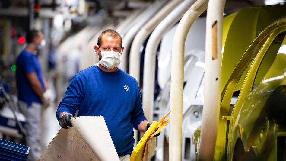 VW-Mitarbeiter mit Mund- und Nasenschutz