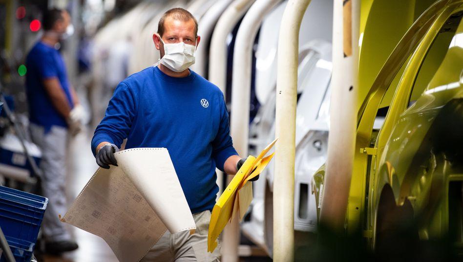 VW-Mitarbeiter mit Maske: »Die Pandemie war das größte unterschätzte Risiko«