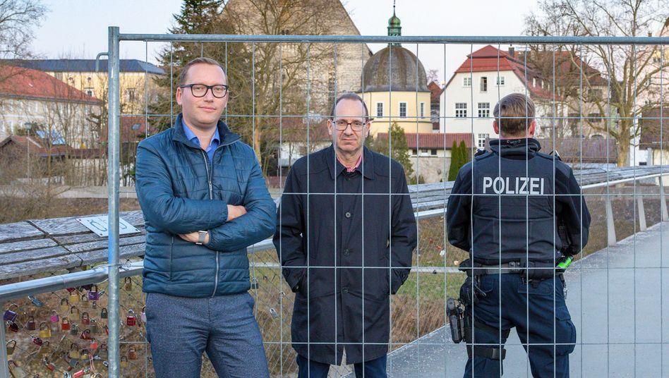 Die Bürgermeisterkollegen Georg Djundja (l.) und Hans Feil: Treffen an der Absperrung