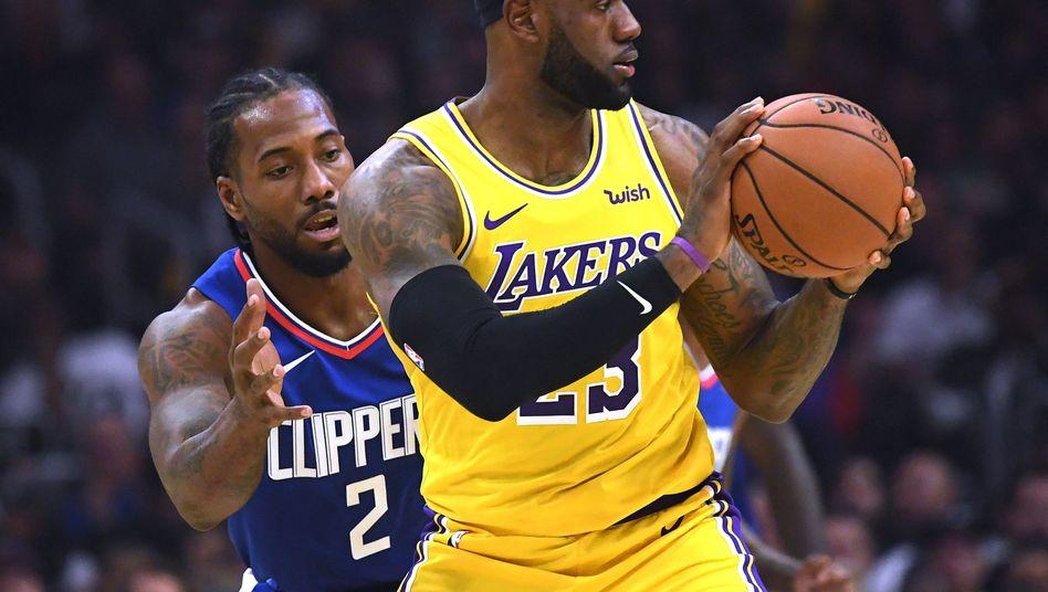 Duell der Superstars: LeBron James von den Lakers (rechts) gegen Kawhi Leonard von den Clippers