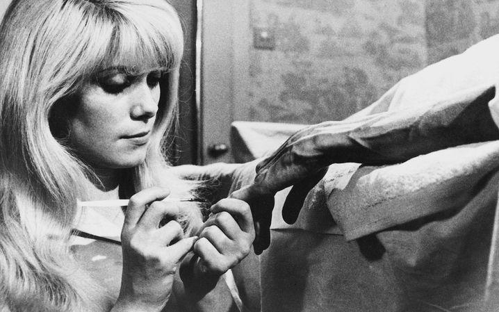 """Schauspielerin Catherine Deneuve in """"Der Ekel"""": Einfühlsame Studie einer Frau, die es hasst, angefasst zu werden"""