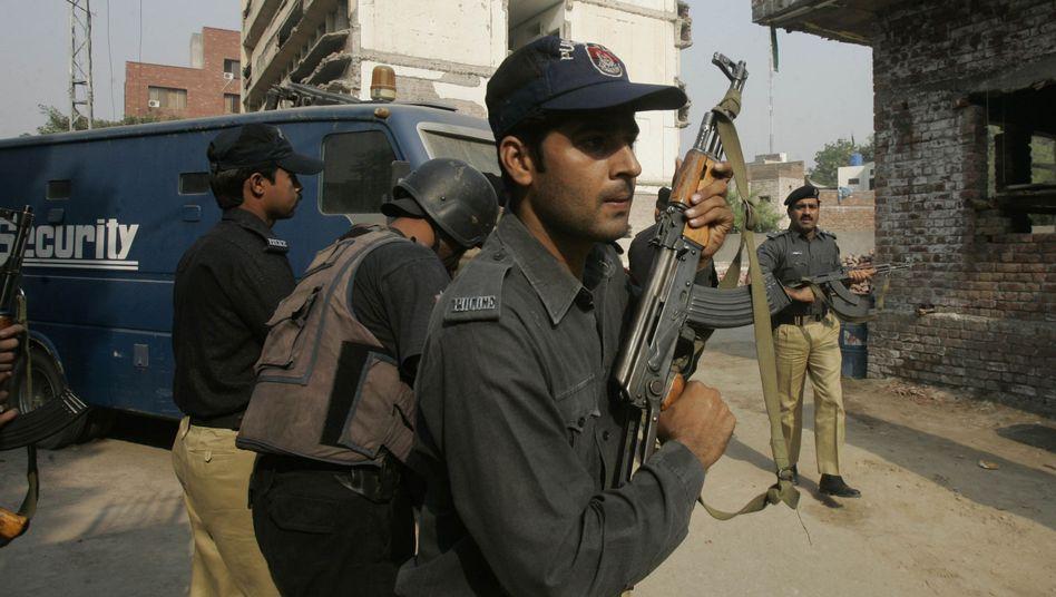 Pakistanischer Soldat vor einem Gebäude in Lahore: Aufständische stürmten drei Gebäude