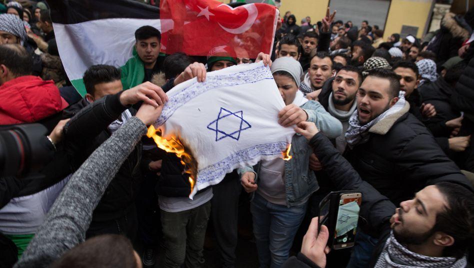 Demonstranten in Berlin verbrennen Fahne mit Davidstern