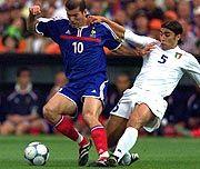 Zinedine Zidane im Zweikampf mit Fabio Cannavaro (r.)