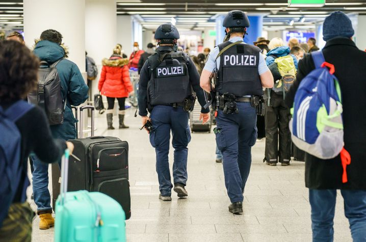 Zwei Polizisten gehen durch das Terminal 1 am Flughafen Frankfurt