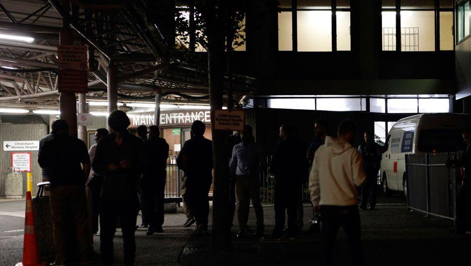 Überlebenden des Anschlags vor einem Krankenhaus