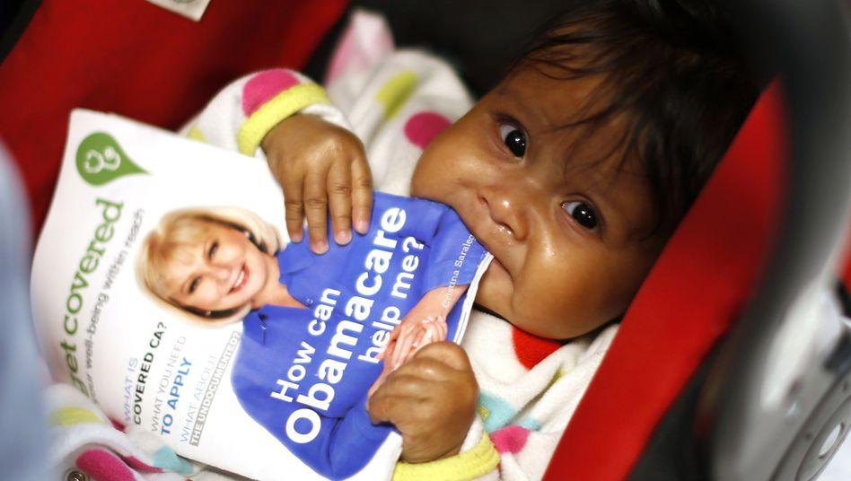 Baby mit Obamacare-Broschüre: Amerikaner unterhalten das mit Abstand teuerste Gesundheitswesen der Welt