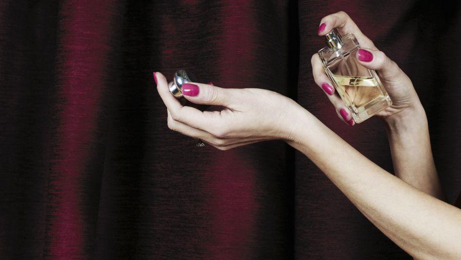 Auf Partnersuche: Frauen verstärken mit Parfum ihren eigenen Geruch